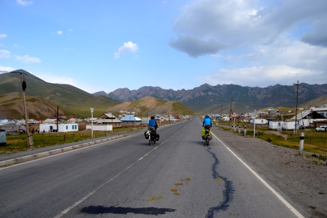 Cycling into Sary-Tash.
